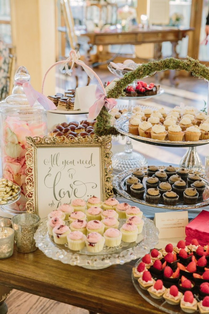 Wedding Philippines - 47 Adorable and Yummy Cupcake Display Ideas for Your Wedding Bar Buffet Food (1)